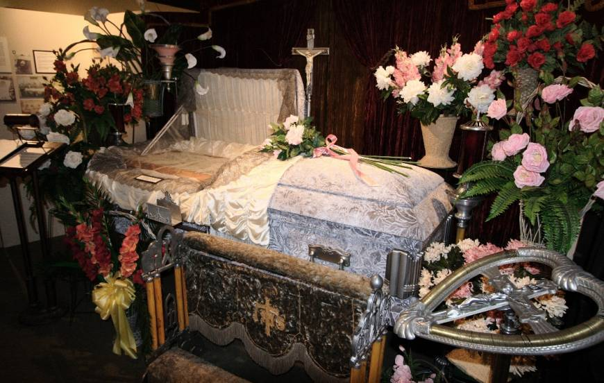 funeral home workers tell creepy stories about their job