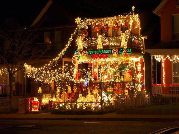 Decorated Christmas Homes 20 people who took that christmas decorating thing a little too far