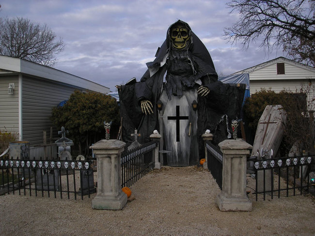 People Who Took Halloween Decorations To A New Level