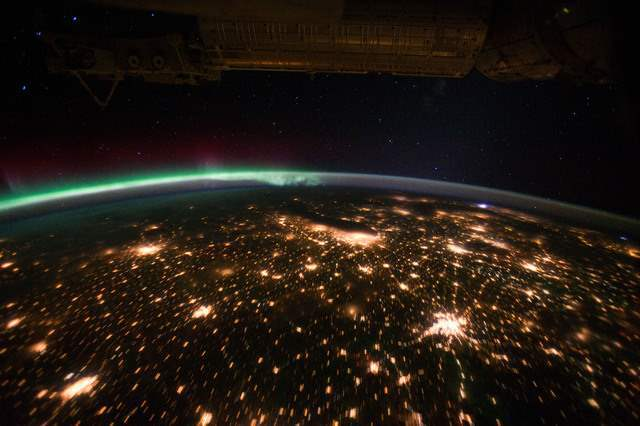 Midwestern_USA_at_Night_with_Aurora_Borealis_-_NASA_Earth_Observatory_medium