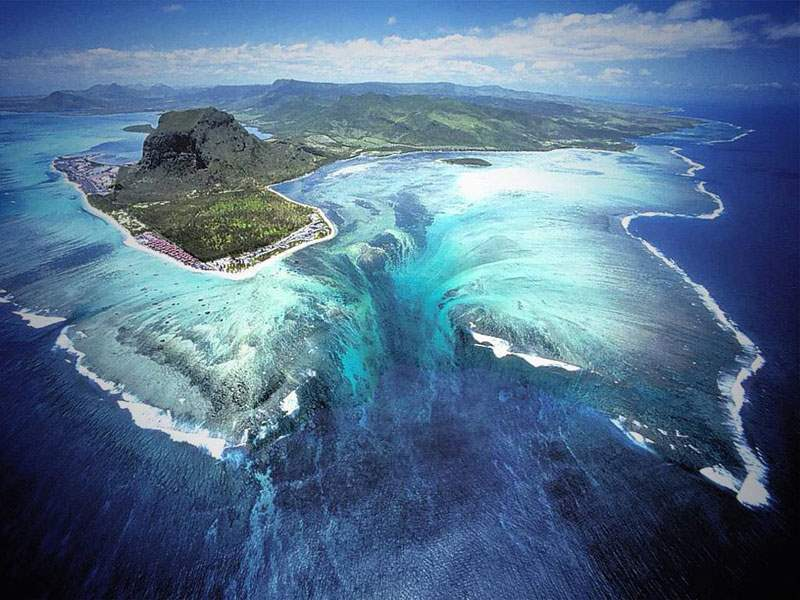 underwater-waterfall-trench-le-morne-mauritius-1-Optimized