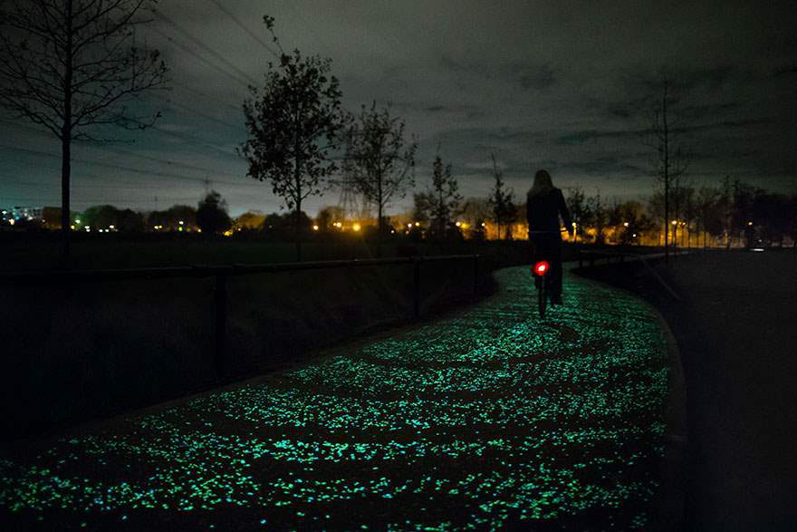 van-gogh-starry-night-glowing-bike-path-daan-roosengaarde-1-Optimized